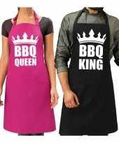 Koppel cadeau set bbq king keukenschort zwart heren bbq queen roze dames